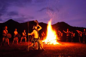 Đốt lửa trại ở tour cồng chiêng Đà lạt