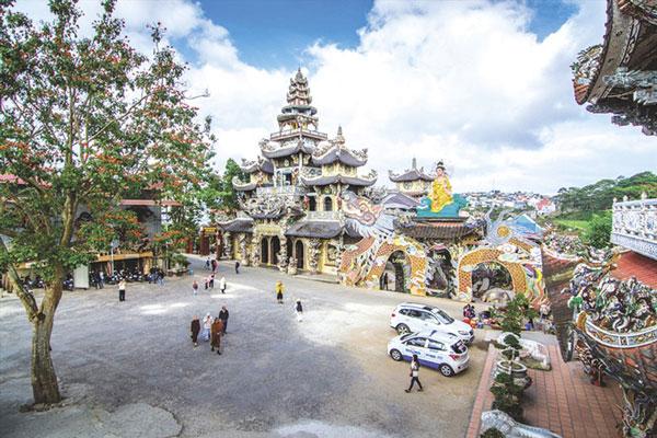 Di chùa Linh phước bằng ô tô
