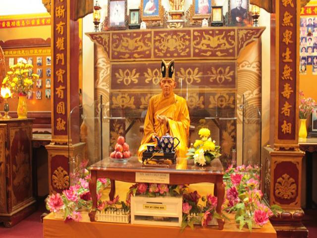 Tượng sáp ở chùa Linh Phước